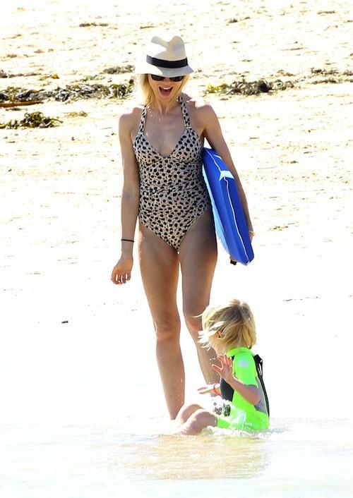 Photos : Naomi Watts : même en famille à la plage, elle garde son air de Lady Di !