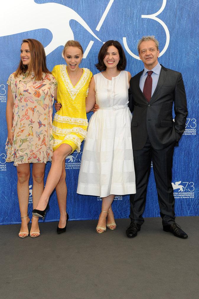 Lily-Rose Depp pose pour les photographes au Festival de Venise ce jeudi 8 septembre