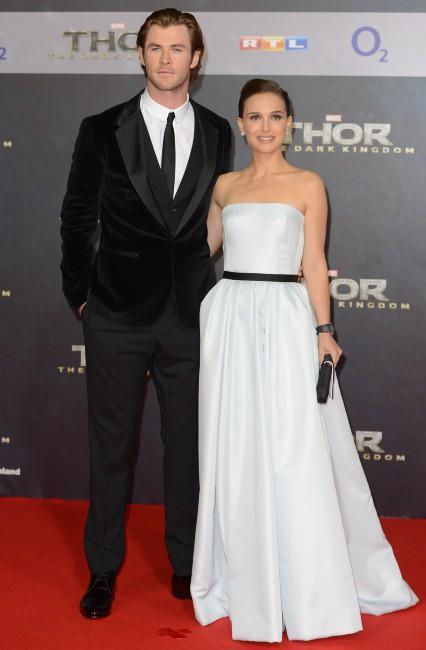 """Chris Hemsworth et Natalie Portman lors de la première du film """"Thor : Le Monde des ténèbres"""" à Berlin, le 27 octobre 2013."""
