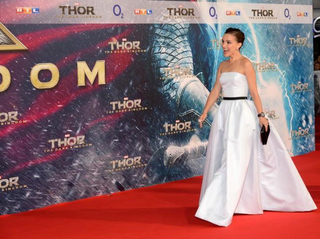 """Natalie Portman lors de la première du film """"Thor : Le Monde des ténèbres"""" à Berlin, le 27 octobre 2013."""