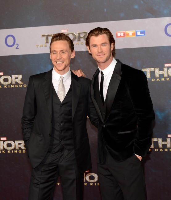 """Tom Hiddleston et Chris Hemsworth lors de la première du film """"Thor : Le Monde des ténèbres"""" à Berlin, le 27 octobre 2013."""
