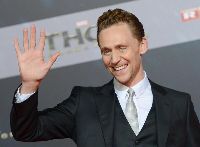 """Tom Hiddleston lors de la première du film """"Thor : Le Monde des ténèbres"""" à Berlin, le 27 octobre 2013."""