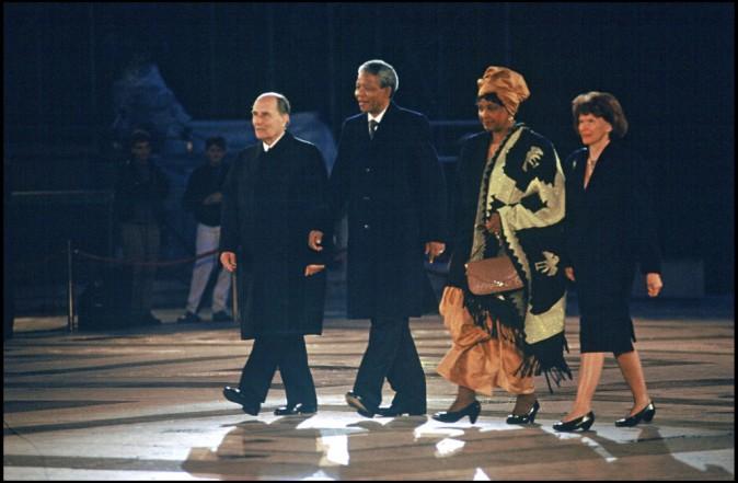 Nelson Mandela et sa femme Winnie accueillis par François et Danielle Mitterrand