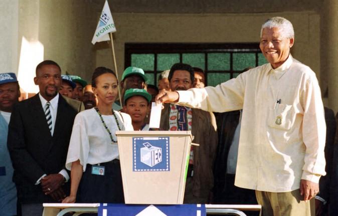 Nelson Mandela vote lors des premières éléctions libre en Afrique-du-Sud !