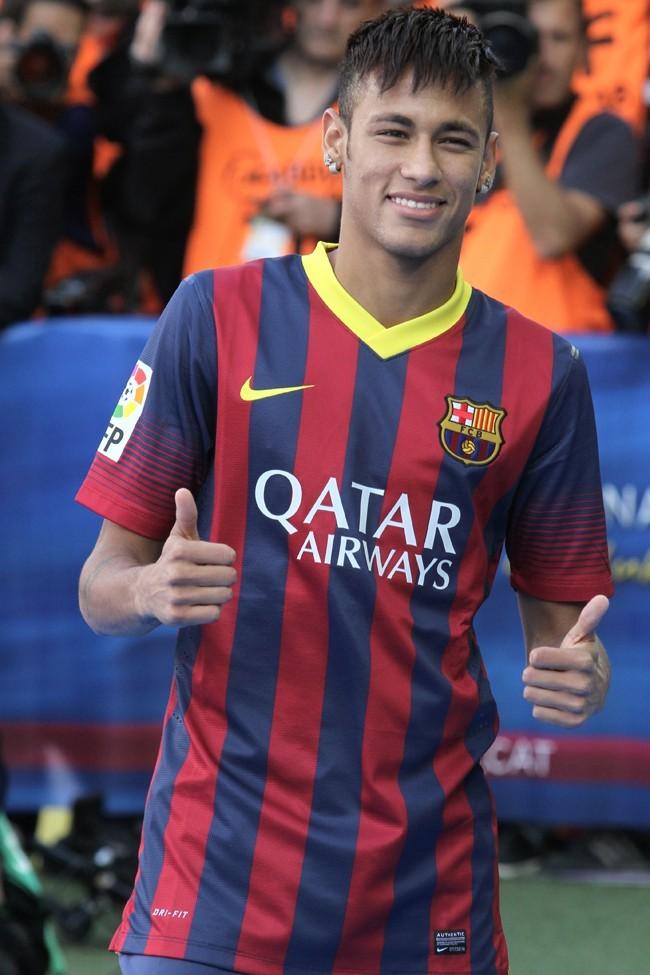 http://cdn3-public.ladmedia.fr/var/public/storage/images/news/photos/photos-neymar-la-nouvelle-recrue-du-barca-est-il-un-pur-beau-gosse-411767/neymar-barcelone-3-juin-2013-411770/5076647-1-fre-FR/Neymar-Barcelone-3-juin-2013_portrait_w674.jpg