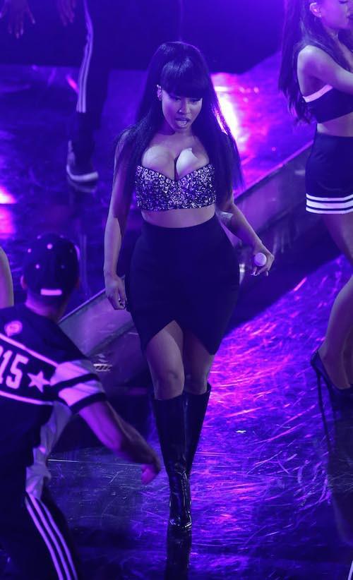 Photos : Nicki Minaj : seins de sortie, elle en impose face à Ariana Grande !