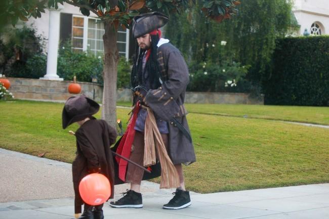 Joel Madden et son fils Sparrow, Beverly Hills, 31 octobre 2012.