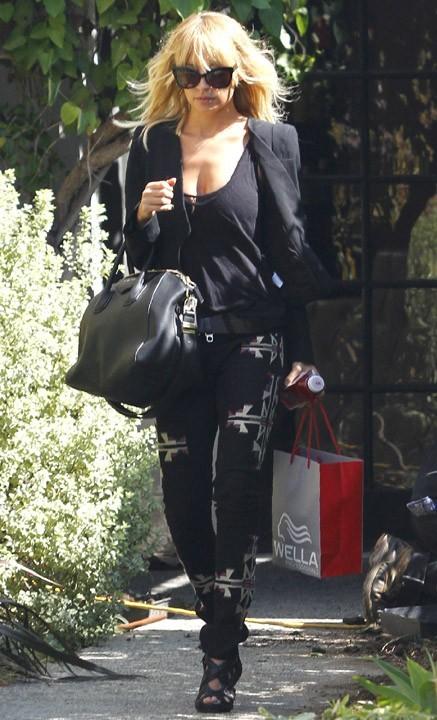 Nicole Richie sortant de chez son coiffeur à Los Angeles, le 10 octobre 2011.