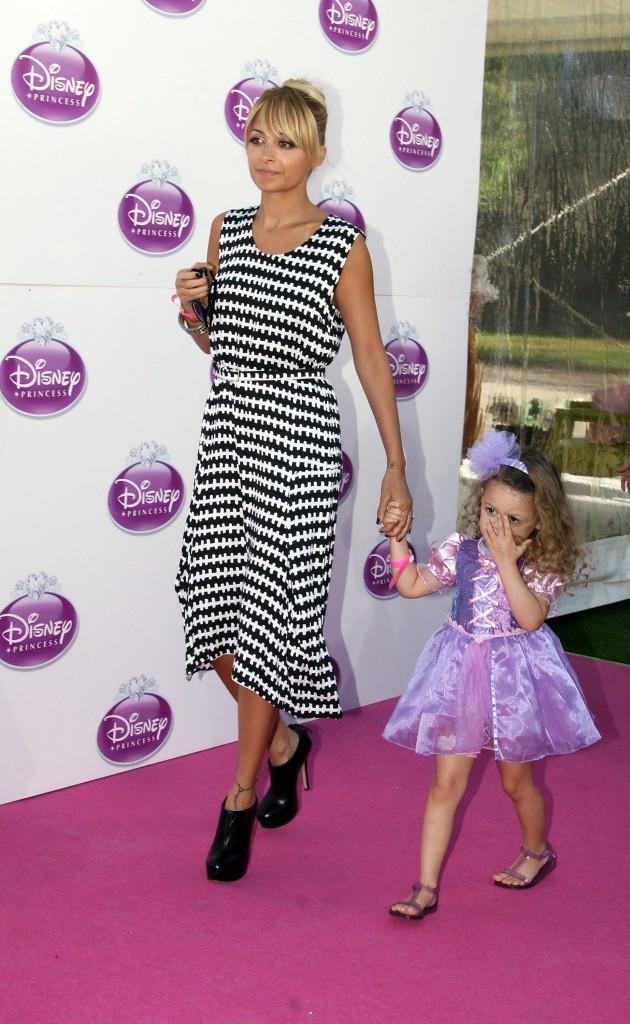 Nicole Richie et sa fille Harlow lors de l'événement Raiponce organisé par Disney à Londres, le 2 octobre 2011.
