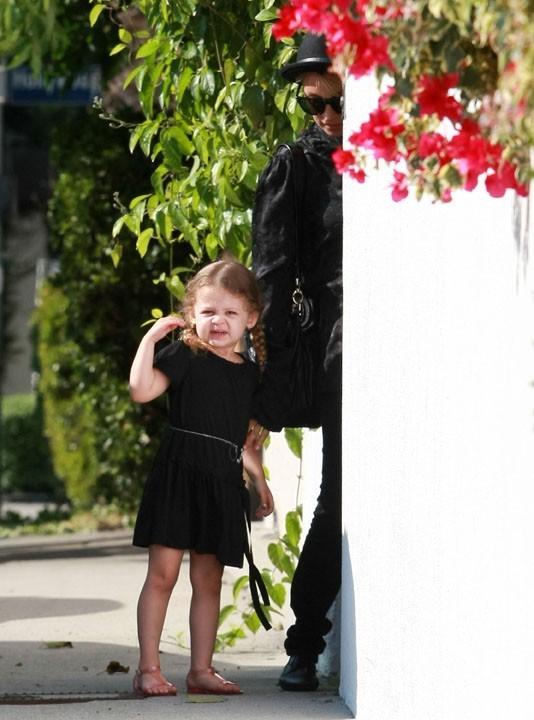 Harlow, toute mimi dans sa petite robe noire... On aurait préféré rose, mais bon !