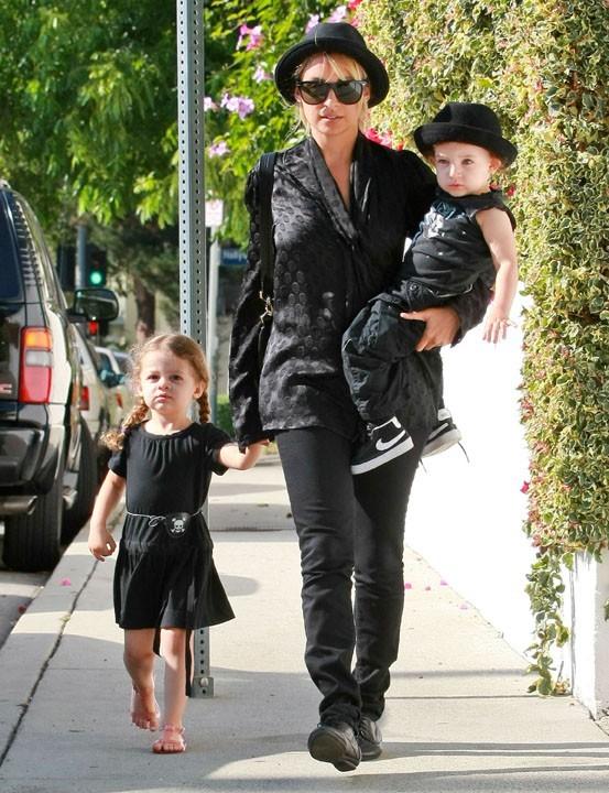 Nicole Richie avec ses enfants à Hollywood, le 16 juin 2011.