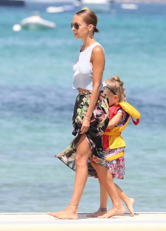 Nicole Richie en famille à la plage à Saint-Tropez le 23 juillet
