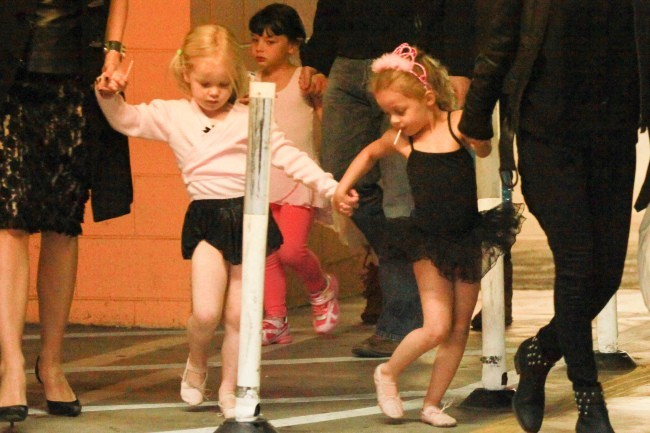 Harlow, la fille de Nicole Richie, et une copine à la sortie de leur cours de danse à Los Angeles, le 15 novembre 2012.