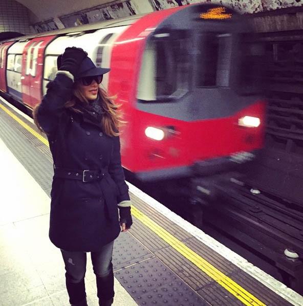Nicole Scherzinger à la découverte du métro londonien !