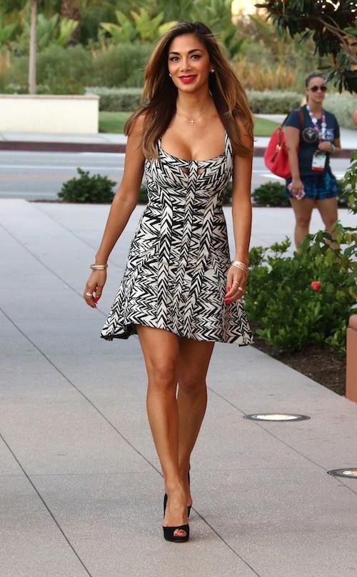 Photos : Nicole Scherzinger, sereine et décolletée pour une virée estivale !