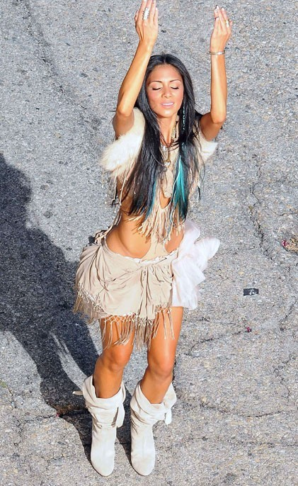 Nicole se pend pour Shakira en costume d'Amzonne !
