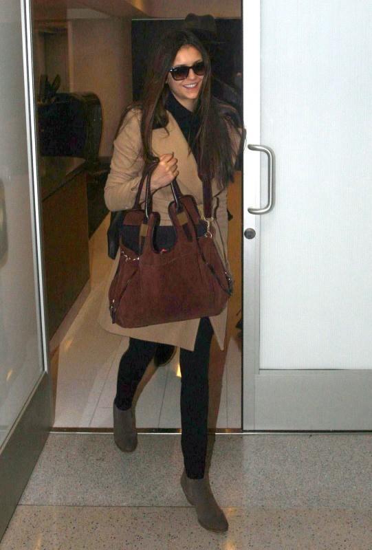 Nina Dobrev à l'aéroport de Los Angeles, le 26 décembre 2012.