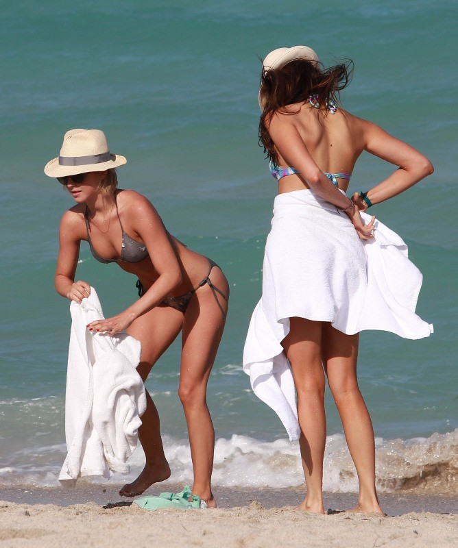 Julianne Hough et Nina Dobrev, Miami, 26 avril 2013