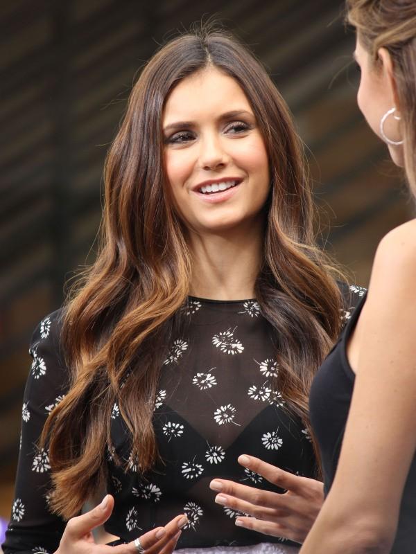 Nina Dobrev sur le plateau de l'émission Extra à Los Angeles, le 27 septembre 2012.