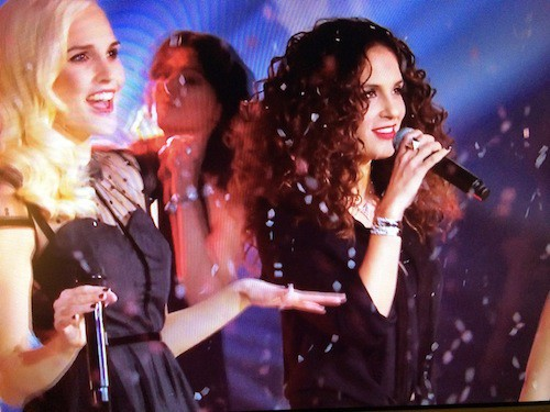 Elisa Tovati et Camille Lou reprennent All I Want For Christmas de Mariah Carey, avec David Carreira, Tal et Joyce Jonathan