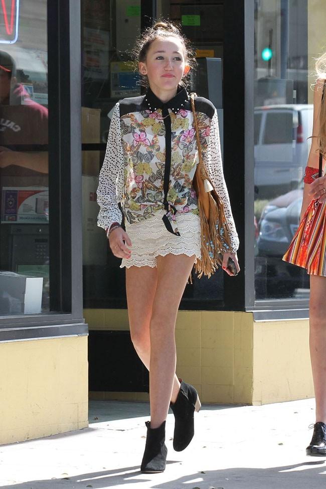 Noah Cyrus avec des copines à West Hollywood le 26 mars 2013