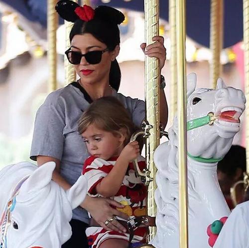 Kourtney Kardashian et ses enfants à l'anniversaire de North West à Disney, le 15 juin 2015