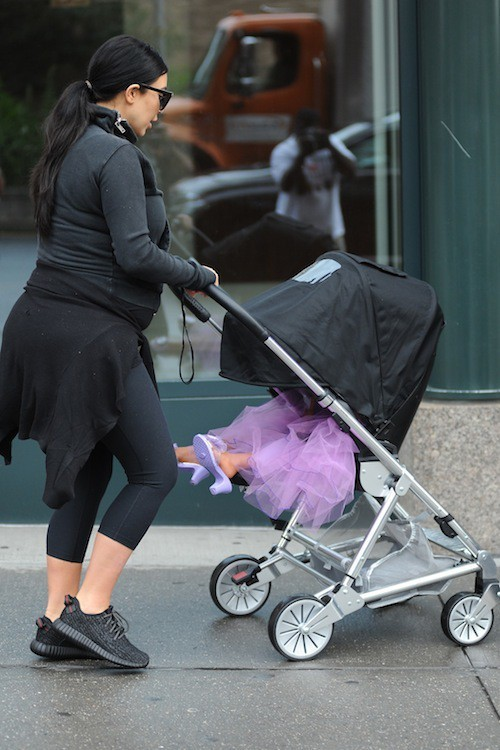 Photos : North West ? Une princesse en talons dans son carrosse !