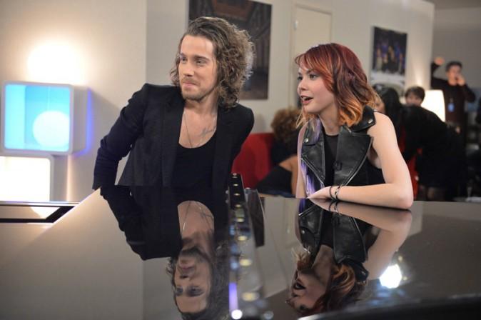 Julien Doré et Sophie-Tith pendant l'enregistrement de la Nouvelle Star spécial Noël à Issy les Moulineaux le 16 décembre 2013