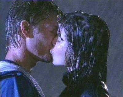 Ils ont aussi eu leur baiser sous la pluie !