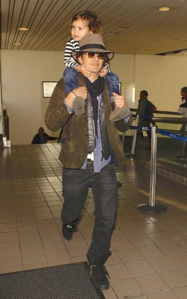 Orlando Bloom et son fils Flynn à l'aéroport de Los Angeles, le 19 février 2014.