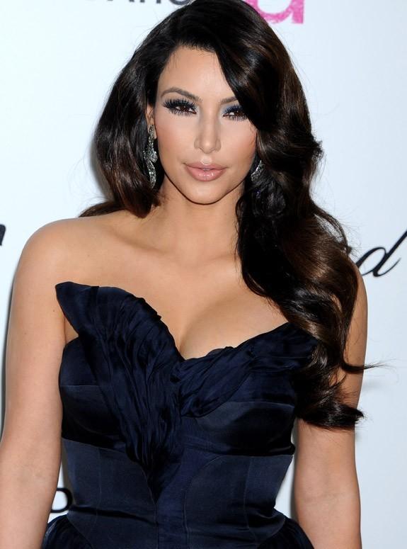 Kim Kardashian fait dans le décolleté ...