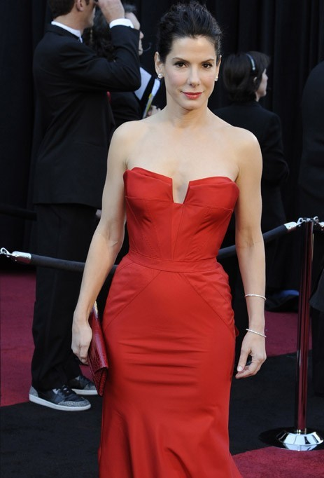 Sandra Bullock a choisi la bonne robe pour souligner sa petite poitrine