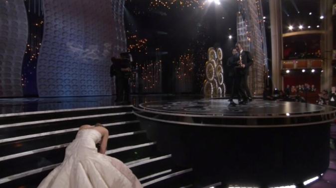 Jennifer Lawrence rate une marche pour aller chercher son Oscar