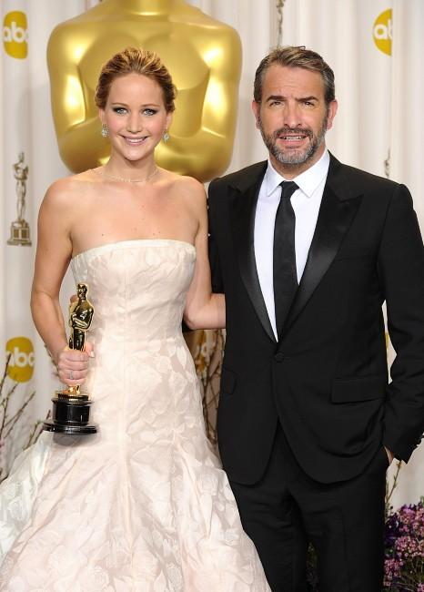 Jennifer Lawrence et Jean Dujardin lors de la 85e cérémonie des Oscars à Los Angeles, le 24 février 2013.