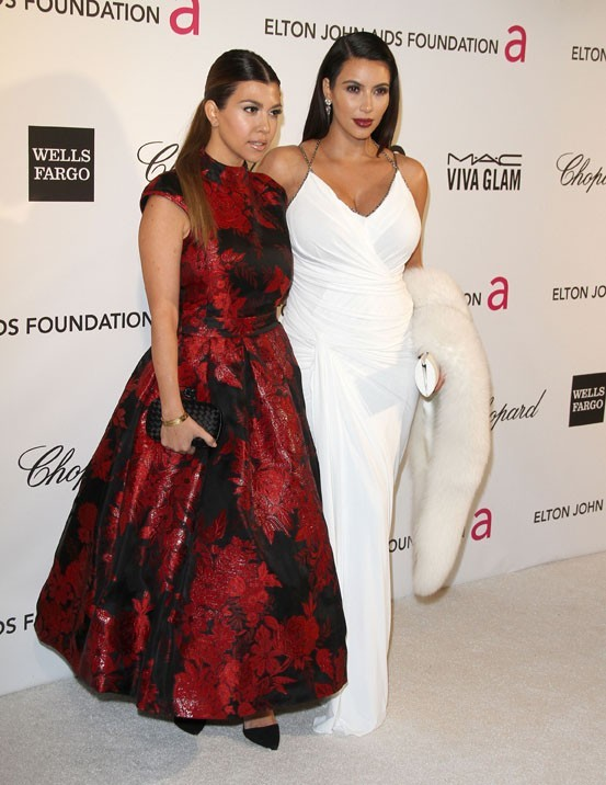 Kourtney et Kim Kardashian à la soirée caritative d'Elton John au Pacific Design Center de West Hollywood le 24 février 2013