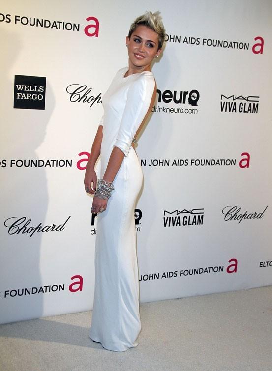 Miley Cyrus à la soirée caritative d'Elton John au Pacific Design Center de West Hollywood le 24 février 2013