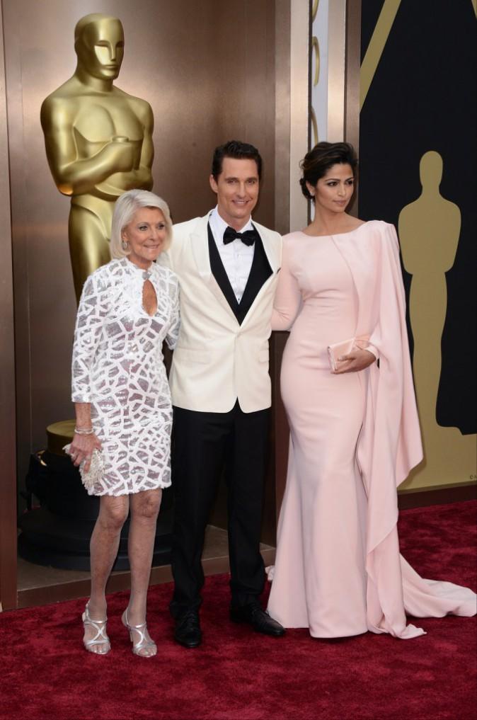 Matthew McConaughey entouré de sa mère et sa femme lors de la 86e cérémonie des Oscars à Hollywood, le 2 mars 2014.