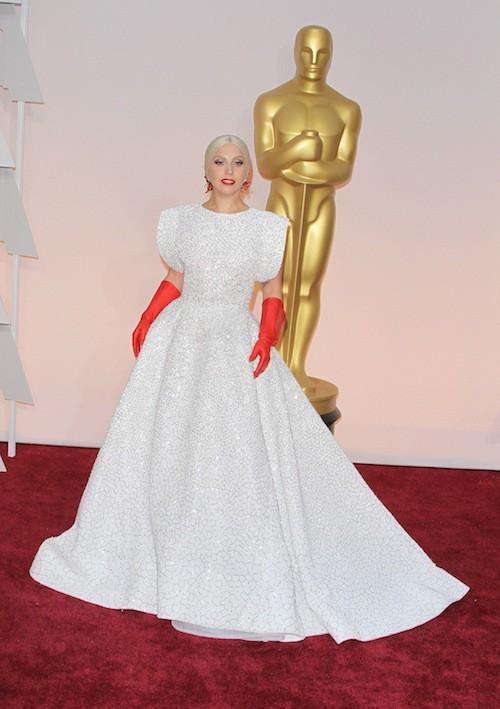 "Photos : Oscars 2015 : Lady Gaga : ses ""gants de vaisselle"" moqués, son show salué !"