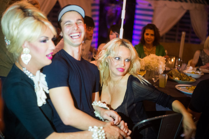 Photos : Pamela Anderson : Aguicheuse, elle mange le téton de son ami
