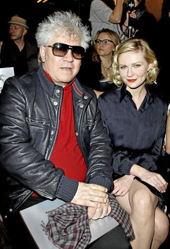 Fashion Week de Paris : Pedro Almodovar et Kristen Dunst au défilé Chanel