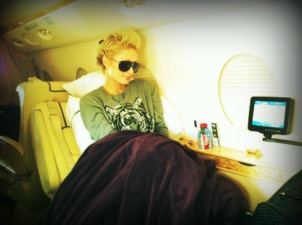 Paris Hilton dans l'avion prête à investir Paris, le 17 octobre 2011.