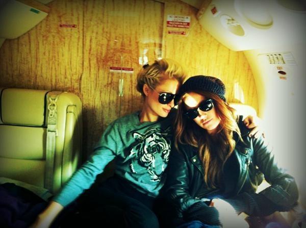 Paris Hilton et Cari Sladek en route pour Paris, le 17 octobre 2011.