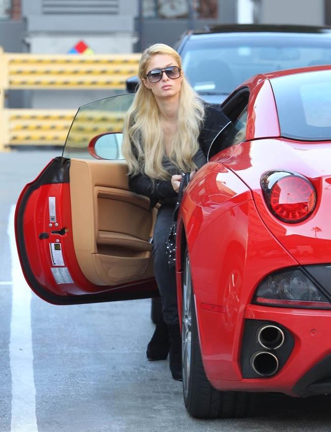 La blonde exhibe sa Ferrari sans complexes !