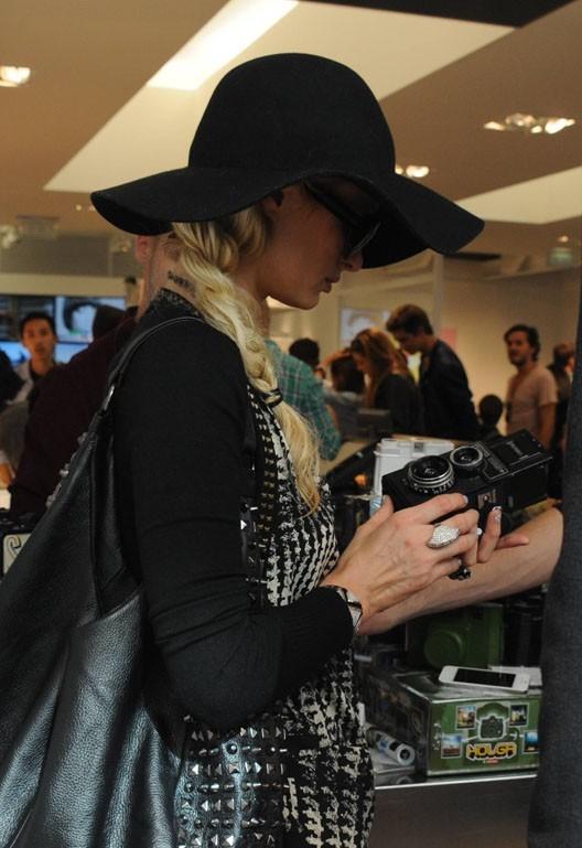 Paris Hilton en plein shopping à Paris, le 30 août 2011.