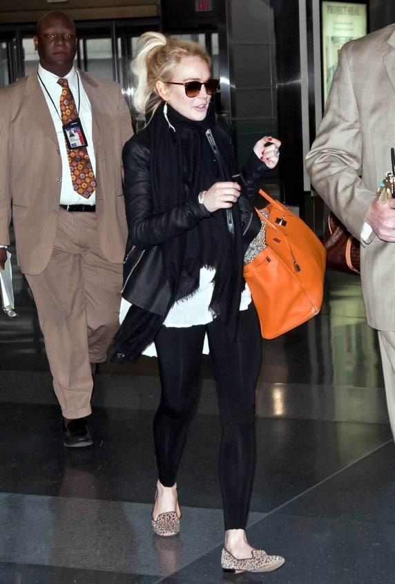 Son sac orange, seule touche un peu gaie !