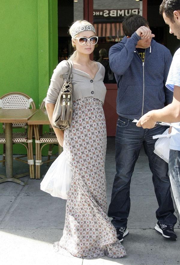 Une jupe longue, ça la change de ses micro robes !