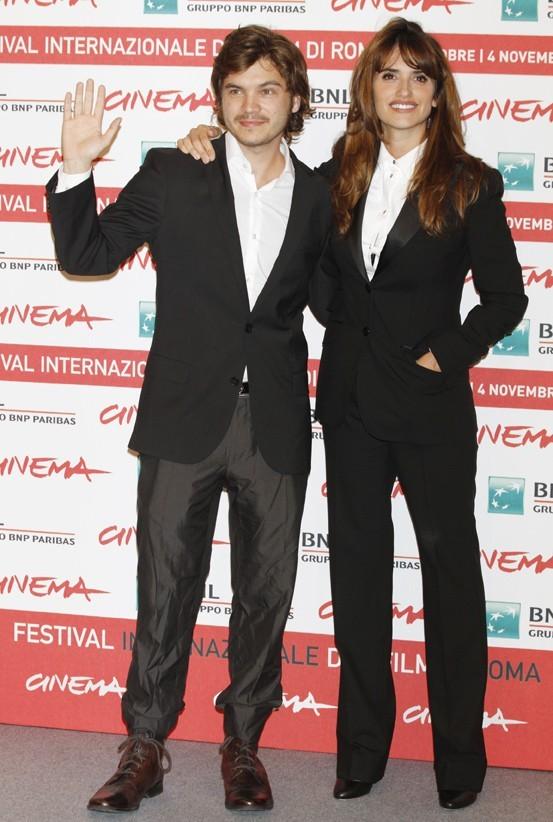 """Penelope Cruz et Emile Hirsch lors de la première du film """"Venir au monde"""" à Rome, le 26 octobre 2011."""