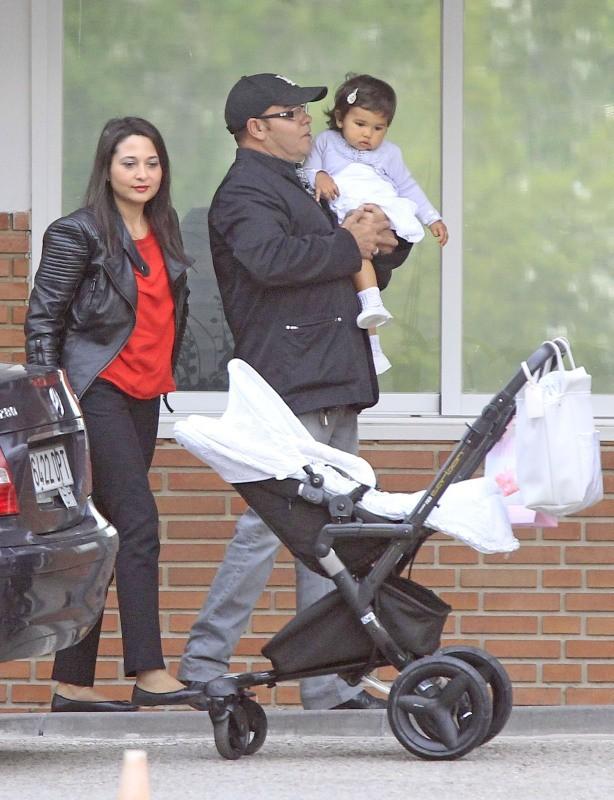 Le père de Monica Cruz, Eduardo Cruz, accompagnée de sa compagne et de sa fille Salma, à Madrid, le 14 mai 2013.