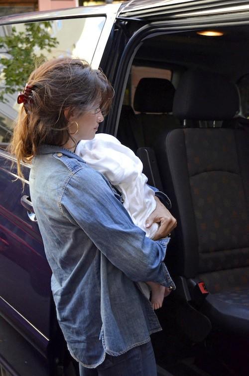 Photos : Penelope Cruz : une maman ordinaire avec sa Luna dans les bras !