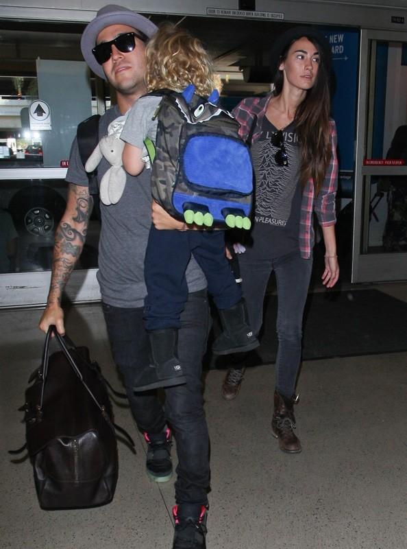 Pete Wentz arrive à LAX avec son fils et sa petite-amie